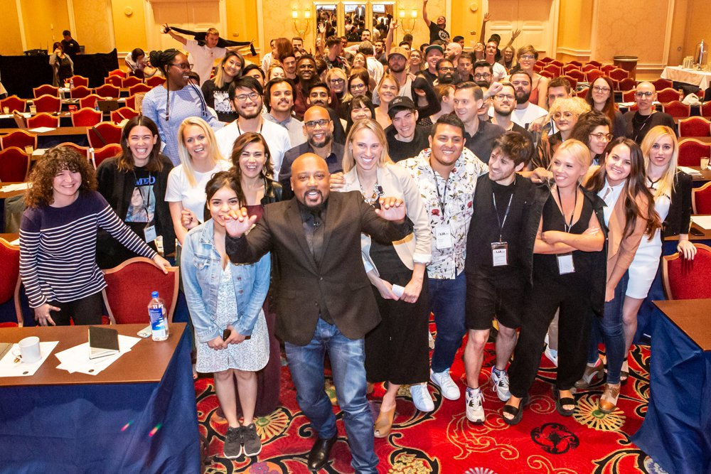 Daymond John takes a selfie with the Creative LIAisons attendees